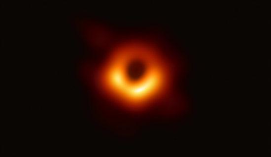 天文学家捕获首张黑洞照片
